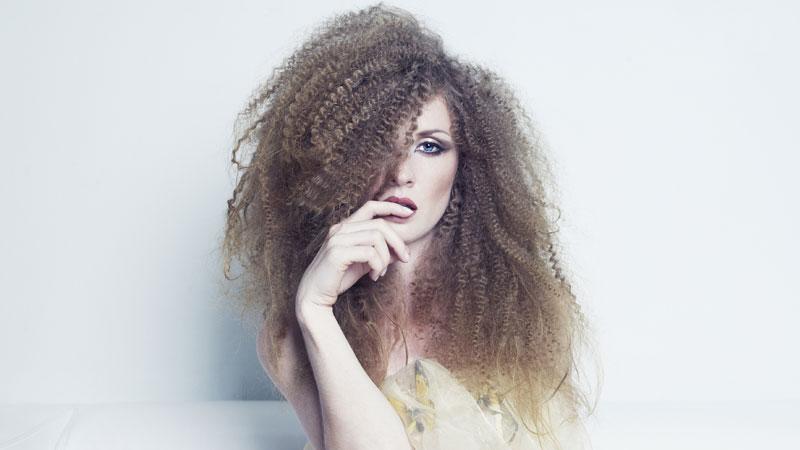 Che sia riccia o liscia, ogni donna è insoddisfatta verso i propri capelli