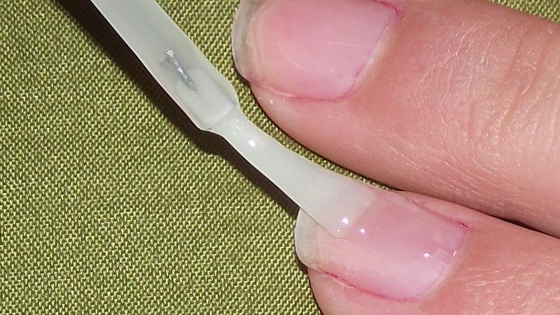 Stendete una prima passata sottile di smalto rosso e fatelo asciugare bene