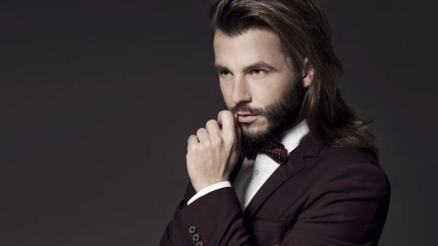 Scoprite come curare i capelli lunghi da uomo in pochi semplici passi.