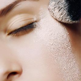 Bastano pochi cosmetici per garantire al nostro make-up una lunga tenuta