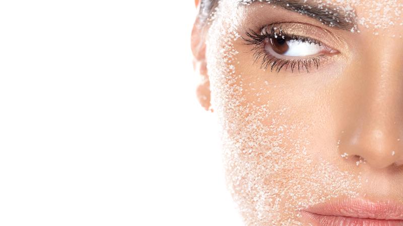 I gommage o scrub sono creme costituite da sfere gommose che esfogliano la pelle.