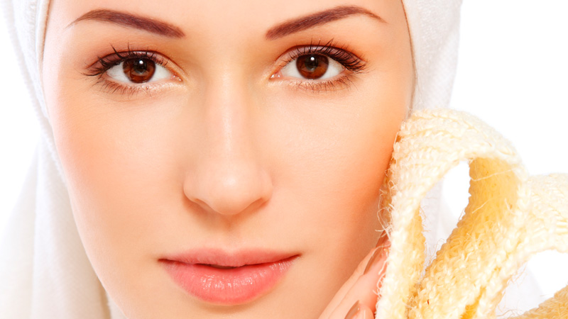 Il peeling chimico consiste nell'applicare sul viso dei prodotti chimici per rimuove lo strato esterno della cute.